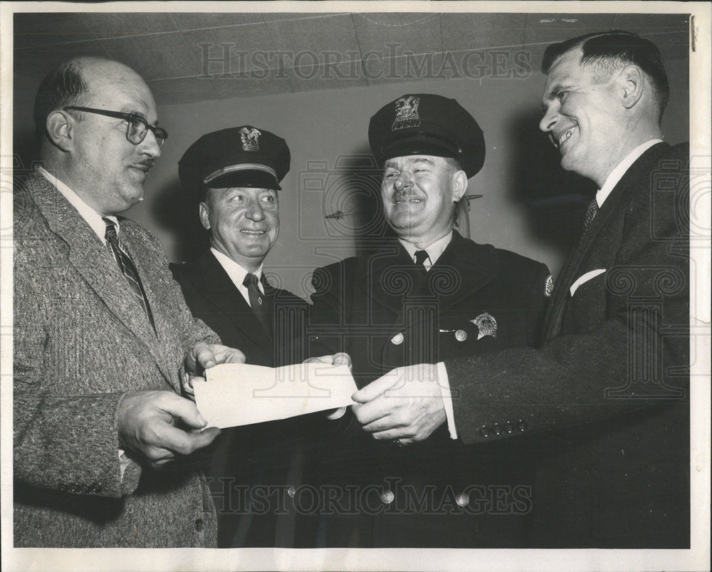 1959 Press Photo James Maulding Eagle Television presents check police officers - Historic Images