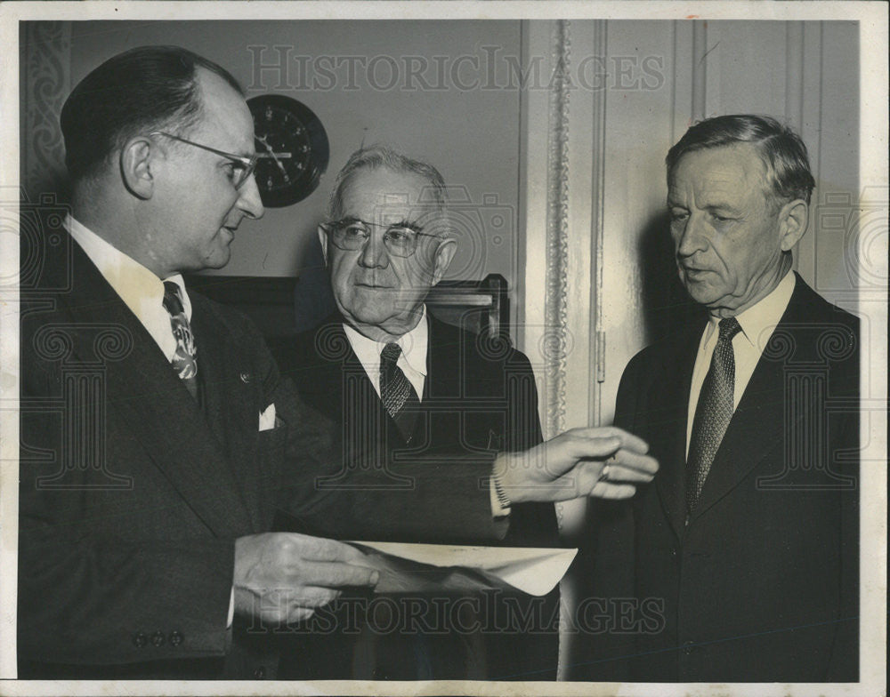 1947 Press Photo Congressmen conferring on the Foreign Aid Bill - Historic Images