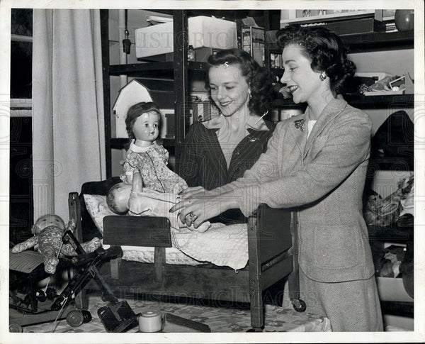 1942 Press Photo Mrs. William Bonbright & Mrs. Frederick Kammer WWII Toy Drive - Historic Images
