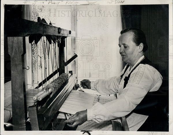 1939 Press Photo Mrs Kaisa Kallis,Finland's First lady at her weaving loom - Historic Images
