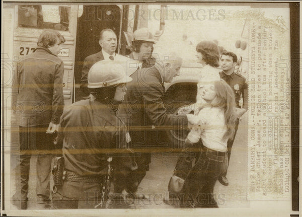 1975 Press Photo Danbury Connecticut High School Racial Incident - Historic Images