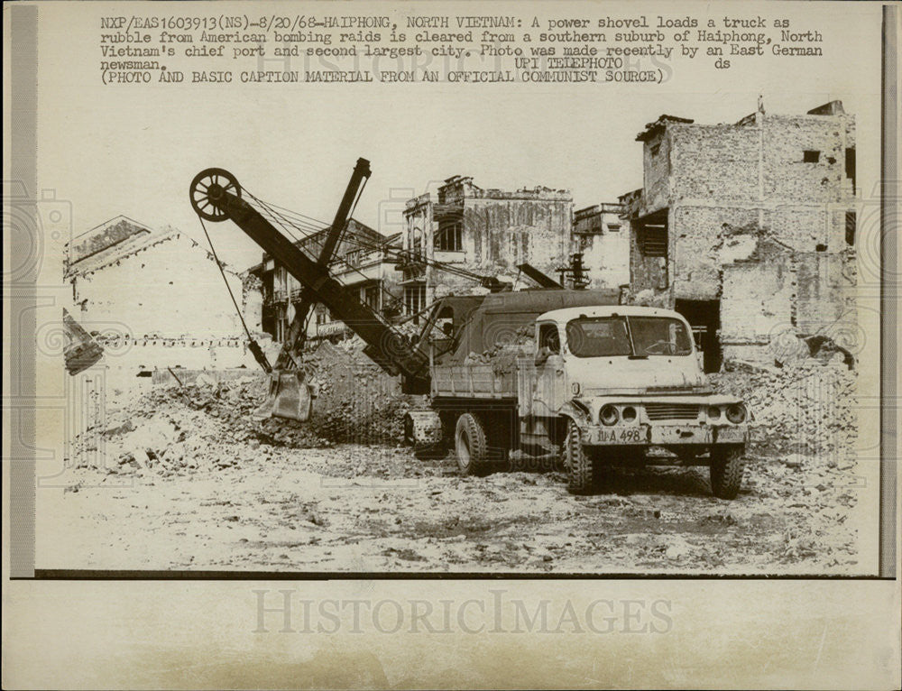 1968 Press Photo Power Shovel Loads Truck American Bombing Raids Vietnam - Historic Images