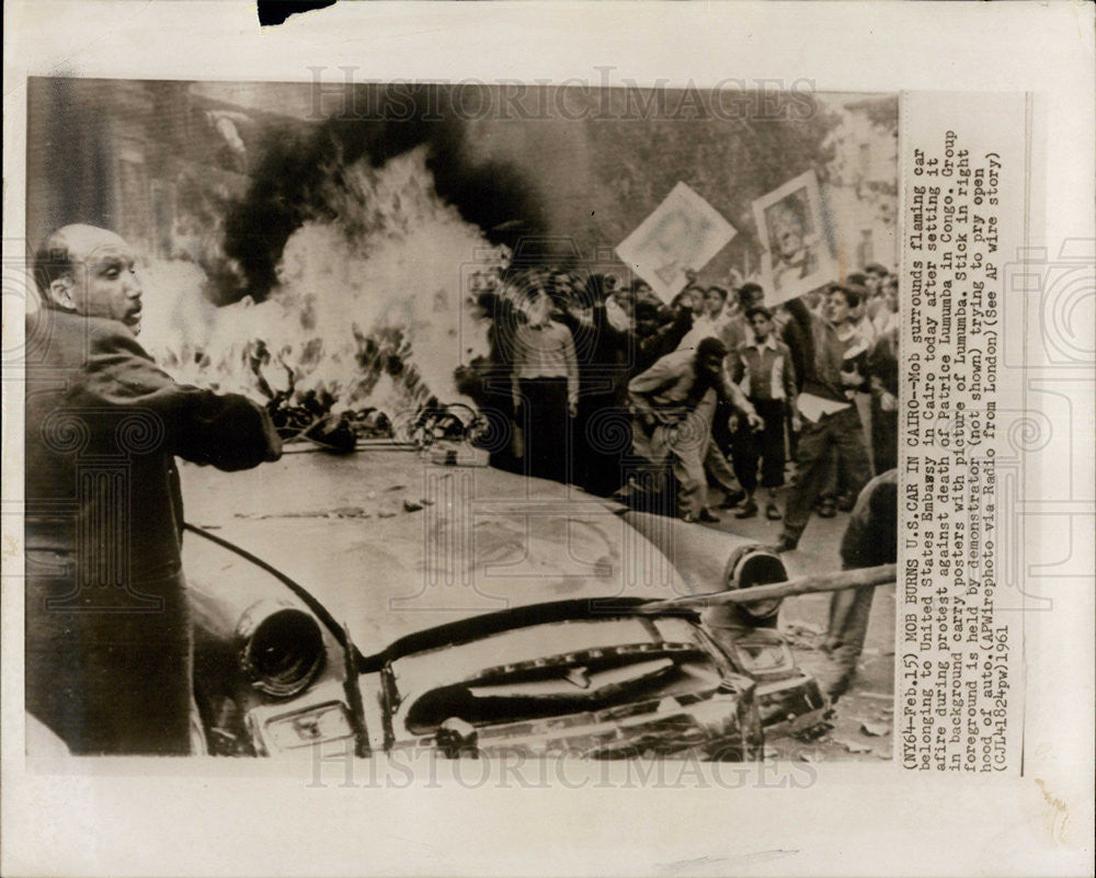 1961 Press Photo MOB Burns US Car Death of Patrice Lumumba - Historic Images