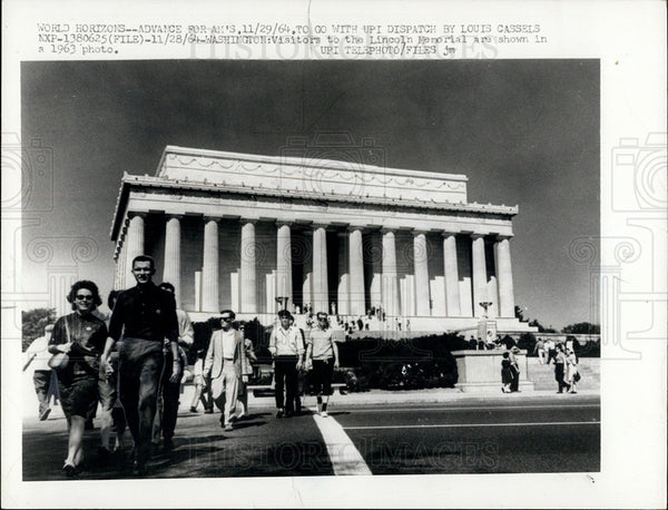 1964 Press Photo Copy A 1963 Photo Of Visitors To The Lincoln Memorial - Historic Images