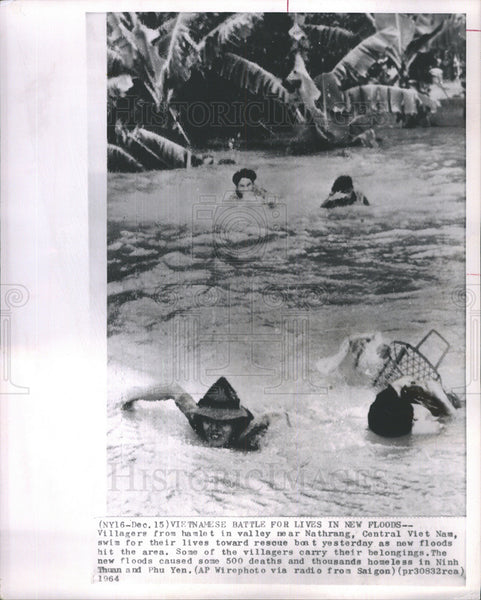 1964 Press Photo Vietnamese Battle For Lives In Floods Near Nathrang - Historic Images
