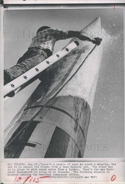 1967 Press Photo Pershing Missile Cleaned Nathaniel Duckworth - Historic Images