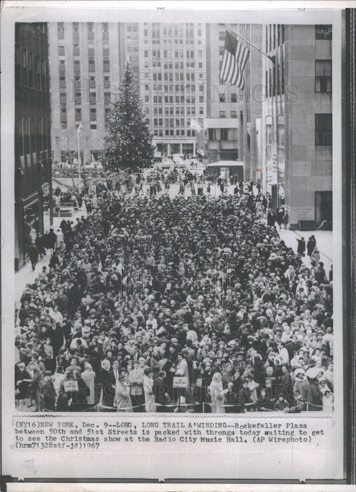 1967 press photo rockefeller plaza packed for xmas show at radio city music hall historic - How Long Is The Radio City Christmas Show