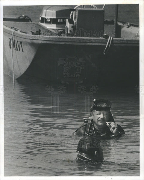 1975 Press PhotoScuba- Diver Bob Coleman,military cleans up old armament range - Historic Images