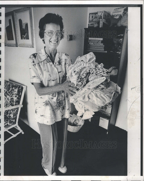 Press Photo Manasota SOLVE Organization Donates Clothes to help Young Women - Historic Images