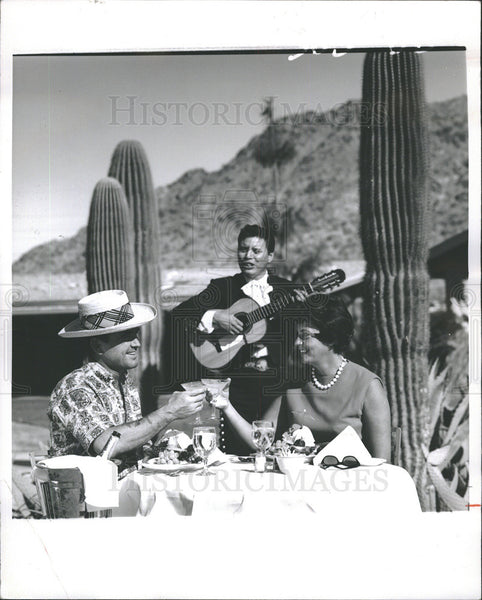 1970 Press Photo Dining under warm Arizona sunshine is wintertime attraction - Historic Images