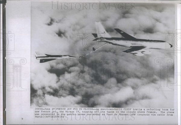 1964 Press Photo Jets C135F Refuels Mirage IV in Air - Historic Images