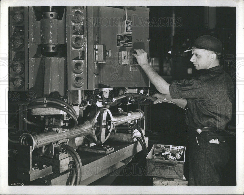 1939 Press Photo Welder works on rear housing at auto factory in Mich - Historic Images