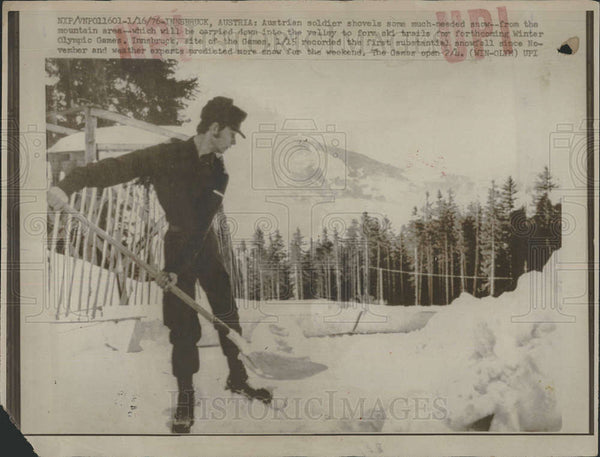 1976 Press Photo Austrian Soldier Shoveling Snow, Innsbruck Olympic Games - Historic Images