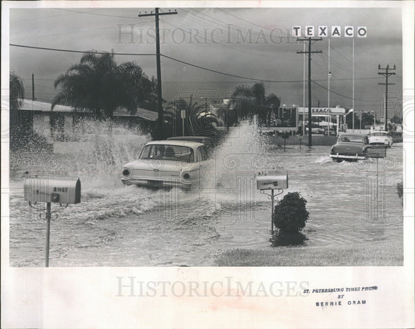 1965 Press Photo Motorist Splash in Flooded Streets - Historic Images