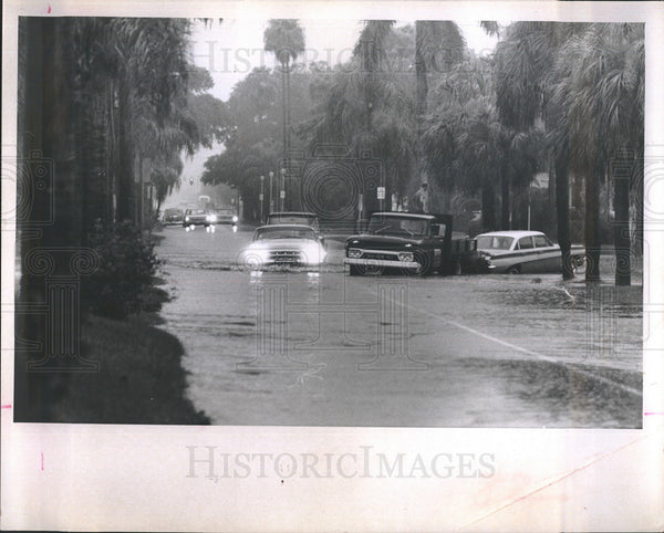 1965 Press Photo Heavy Floods at 2nd Avenue 11th st North, Florida. - Historic Images