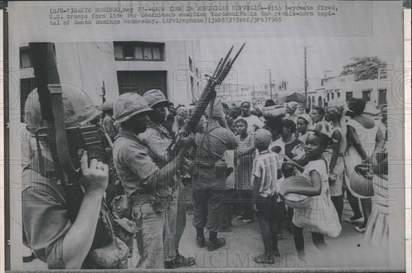 1965 Press Photo Santo Domingo U.S. Troops People Food Line - Historic Images