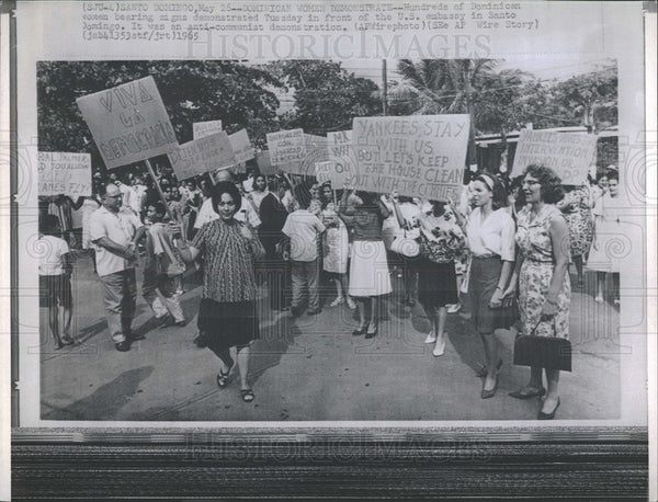 1965 Press Photo Dominican Women Demonstration U.S. Embassy Santo Domingo - Historic Images