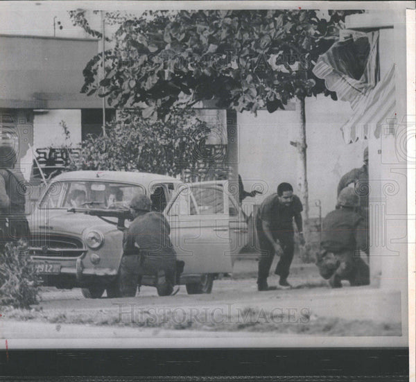 1965 Press Photo Santo Domingo Family White Flag Car Flees Safety U.S. Marines - Historic Images