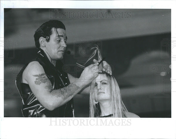 1994 Press Photo Stylist Oribe Cutting Hair Midwest Beauty Show Rosemont - Historic Images