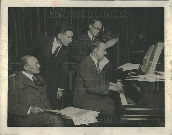 1923 Press Photo Maurice Rosenfeld & Others Gather Around A Piano - Historic Images