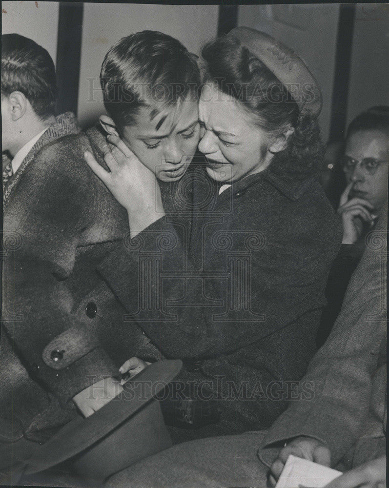 1947 Press Photo Gerald Michalek Hugs Mother after Murder Hearing - Historic Images