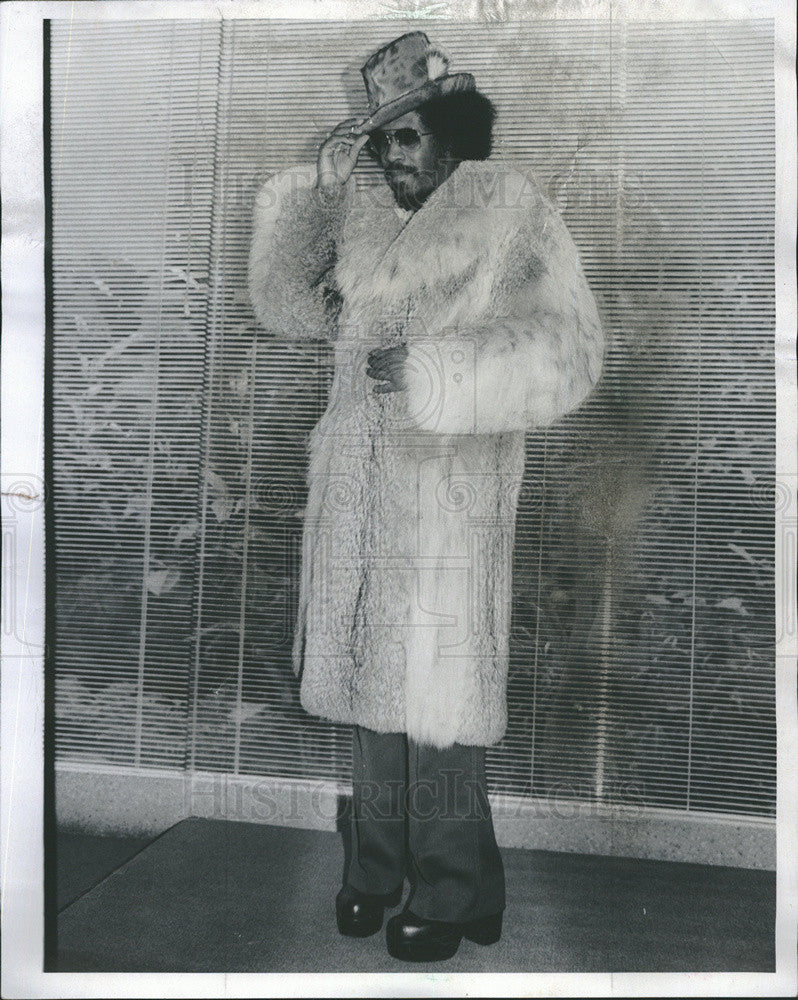 1976 Press Photo Columnist Robert Sly Gordon III Models Fur At Arnie's Store - Historic Images