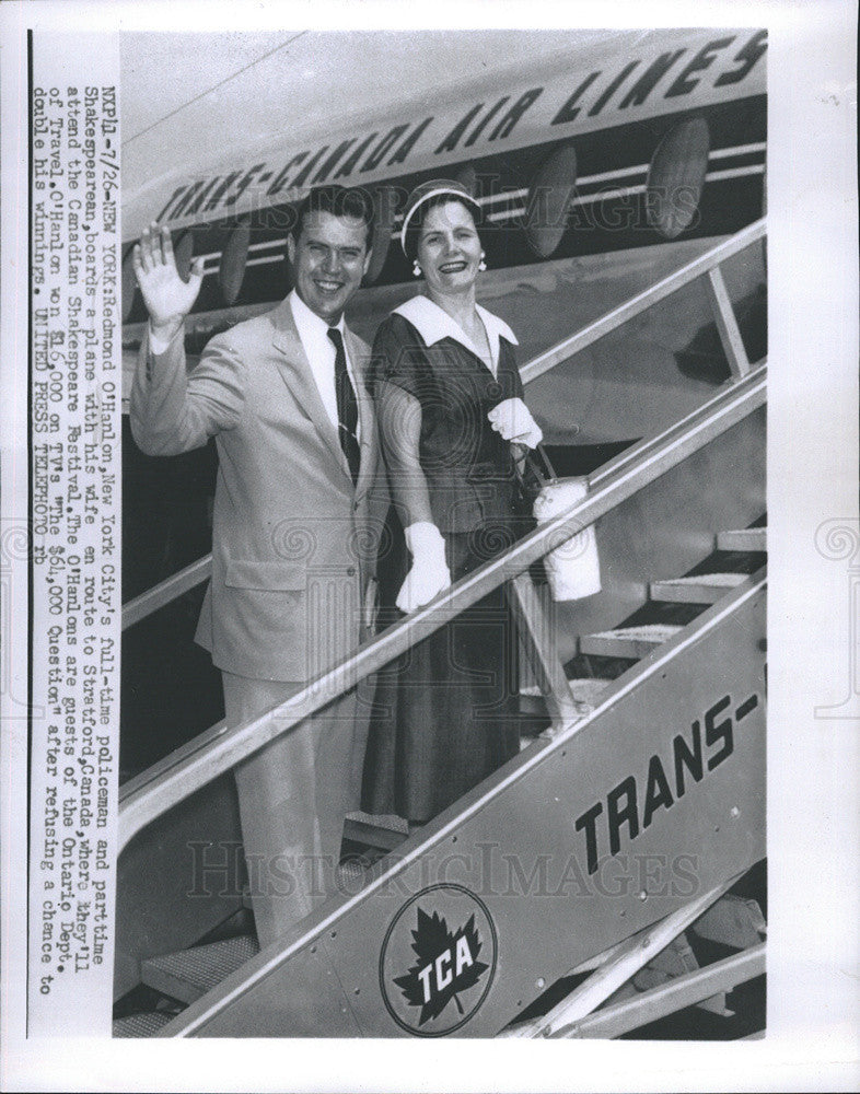 1955 Press Photo Redmond O'Hanlon boards plane to Canadian Shakespeare Festival - Historic Images