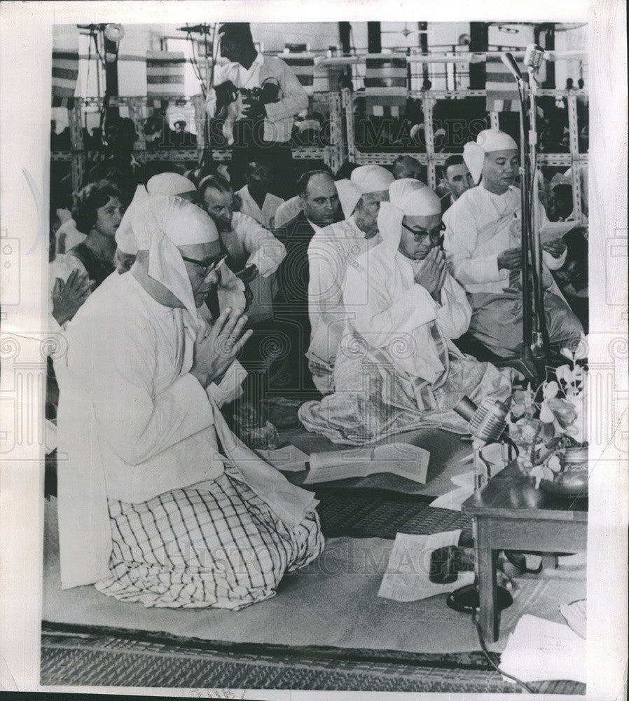 1961 Press Photo Prime Minister U Nu of Burma Prays in Rangoon - Historic Images