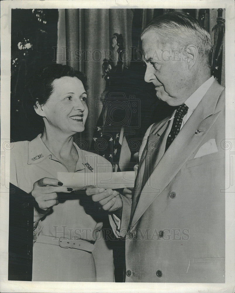 1956 Press Photo Mrs Sherman Olson Accepting Check From Ulysses Grant III - Historic Images