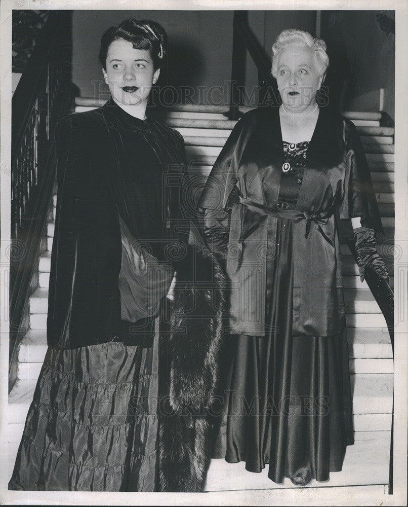 1948 Press Photo Mrs Pierre Monteux/Mrs Viviane Gerald Of San Francisco In Gowns - Historic Images