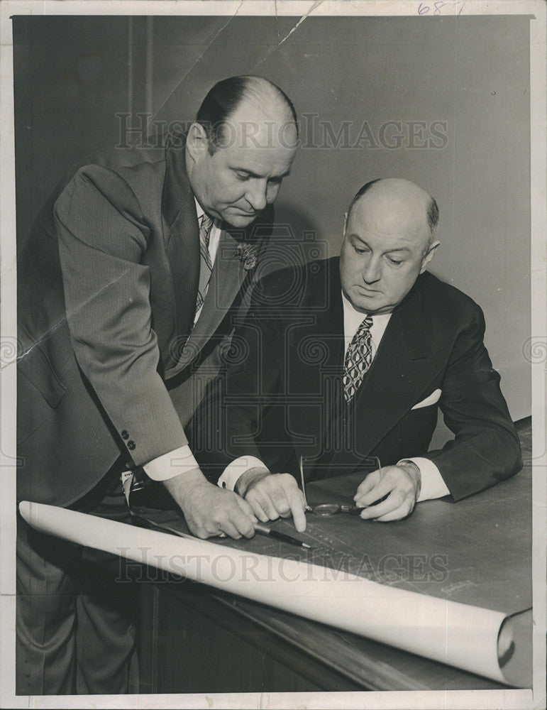 1940 Press Photo James Farley and Oliver Quayle reviews seating chart for Democr - Historic Images