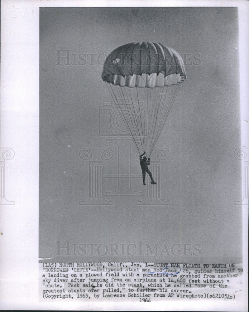 1964 Press Photo Stunt Man Rod Pack No Parachute Jump Stunt Landing Process - Historic Images