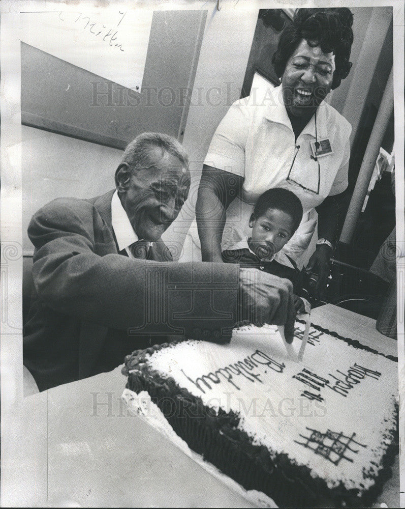 1976 Press Photo John Miller Chicago Oldest Citizen Richie Jones Grace Wilbert - Historic Images