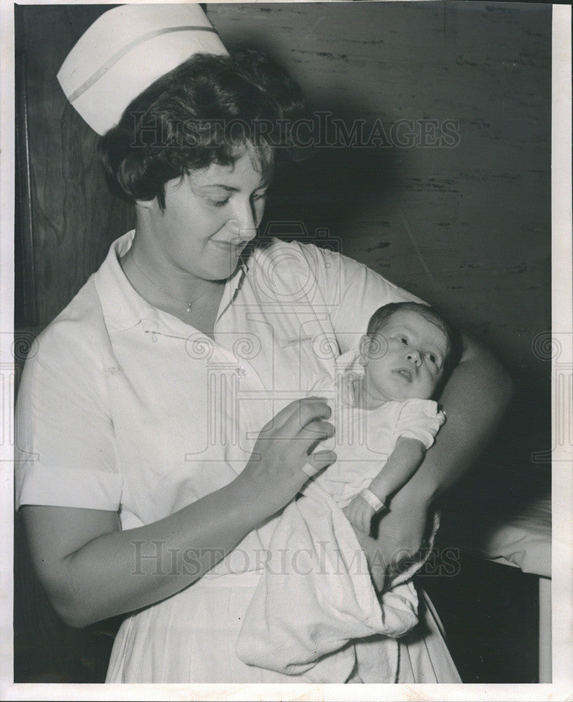 1961 Press Photo Nurse Martha Miller/Abandoned Baby Susan Quinlan - Historic Images