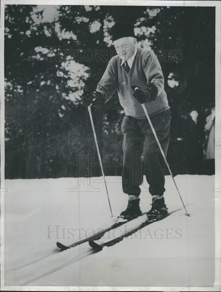 1961 Press Photo Industrialist Cyrus Eaton celebrates 77th birthday by skiing - Historic Images
