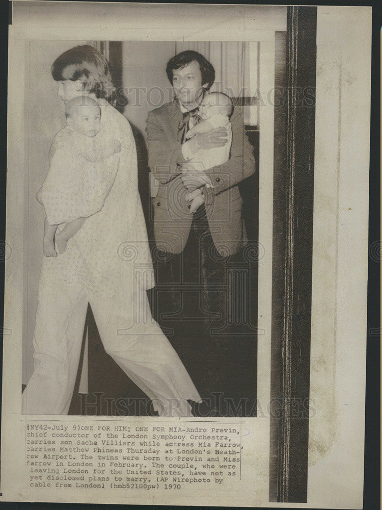 1970 Press Photo Conductor Andre Previn Actress Mia Farrow Each Carry A Twin - Historic Images