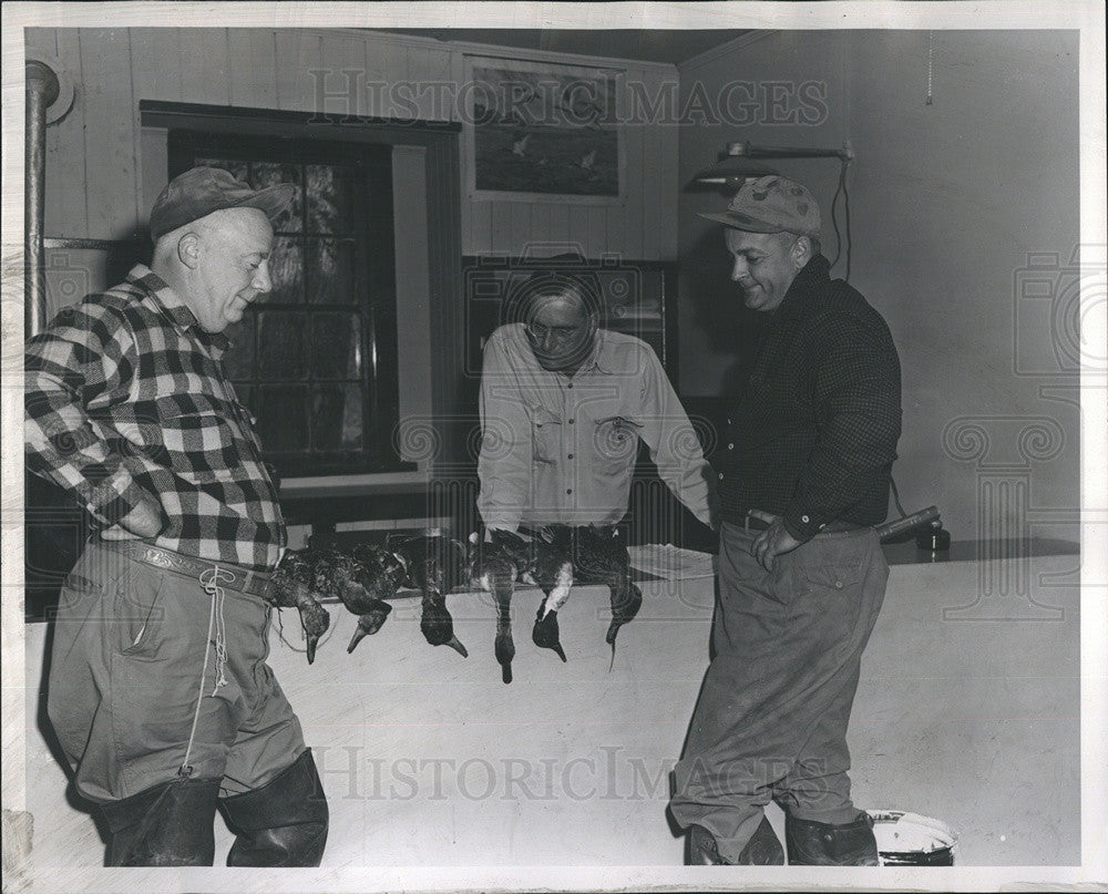 1953 Press Photo Jim Mitchell looking at catch of dead ducks - Historic Images