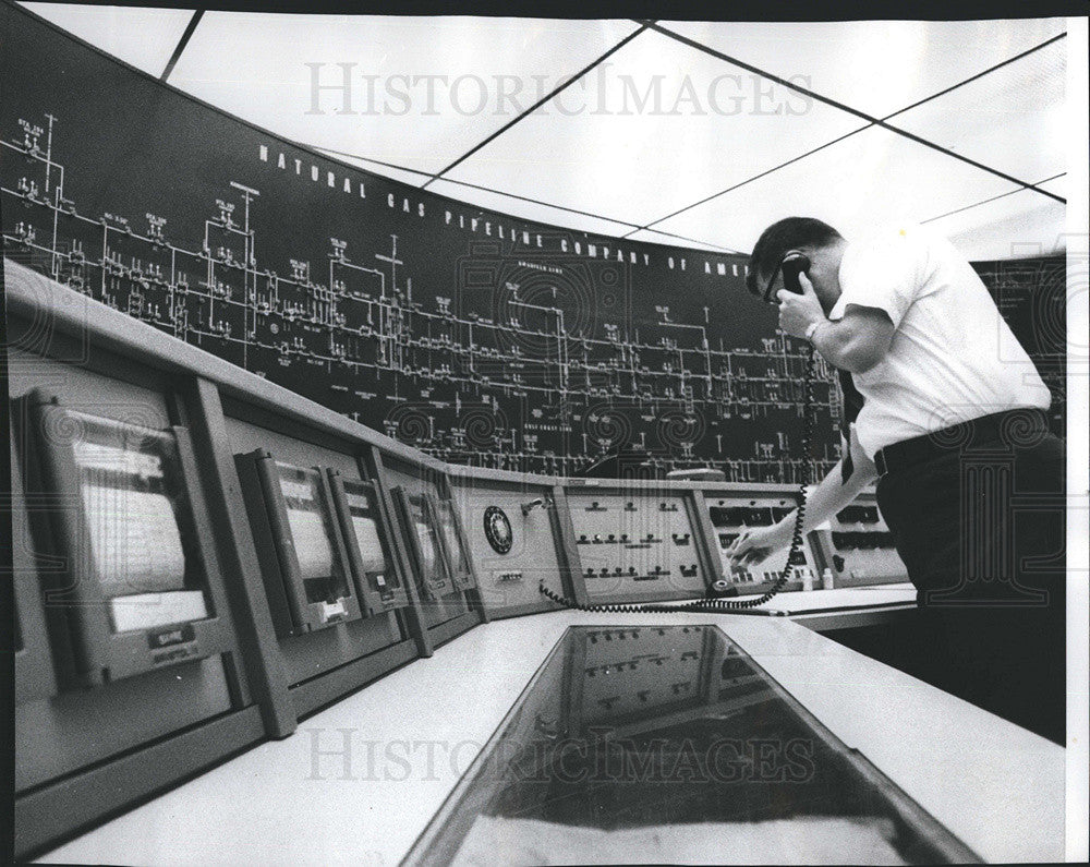 1977 Press Photo Ray McGinn Natural Gas Controller Natural Gas Pipeline Co. - Historic Images