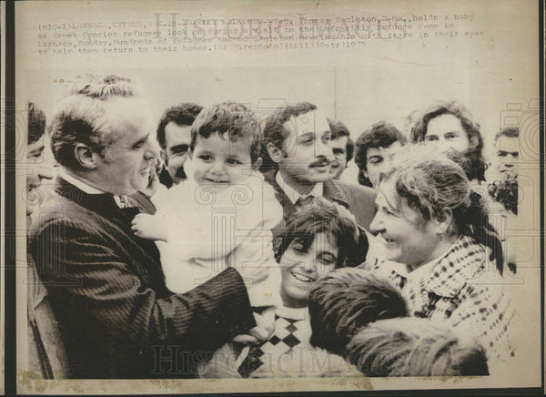 1975 Press Photo Sen,Eagleton visiting a refugee camp in Larnaca, Cyprus - Historic Images