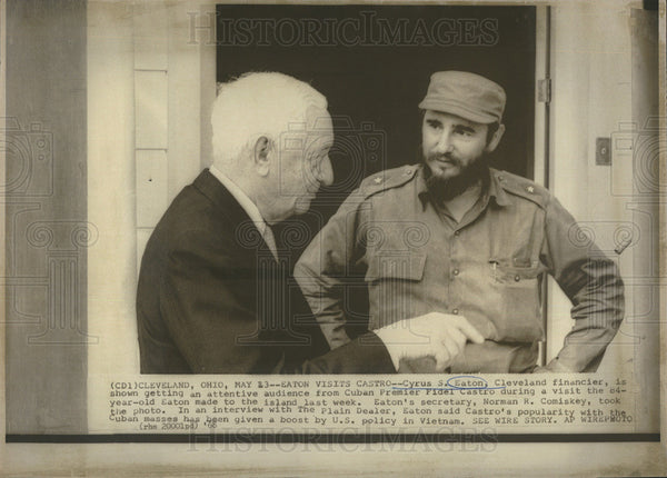 1968 Press Photo of U.S. financier chatting with Cuba's Fidel Castro - Historic Images