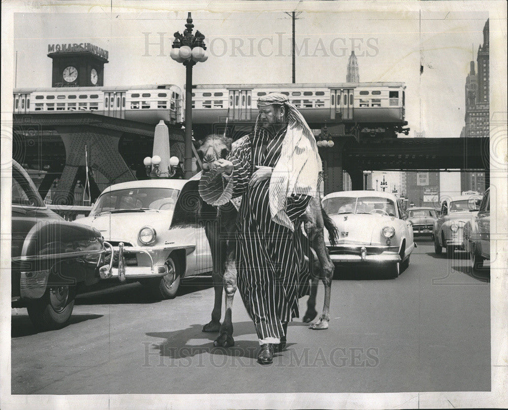 1953 Press Photo Publicist Jim Moran Posing As Arab Rug Salesman With Camel - Historic Images