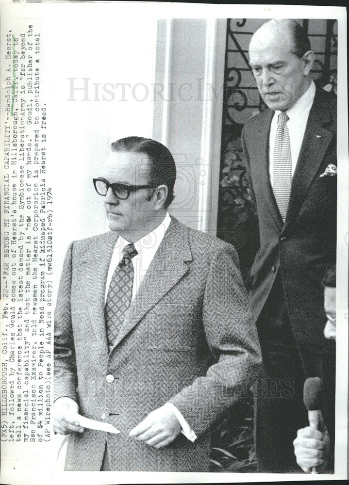 1974 Press Photo Randolph Hearst Followed By Charles Gould Come Out Of House - Historic Images