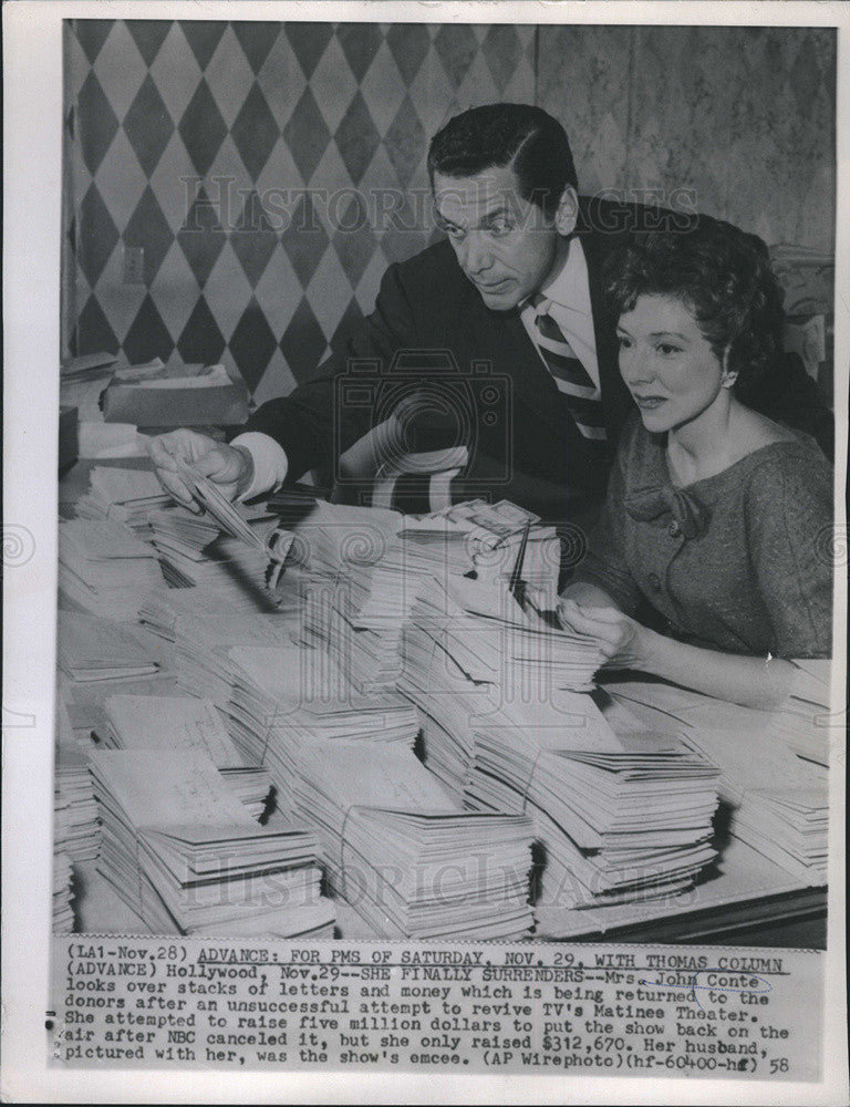 1958 Press Photo Mrs. John Conte returns donations - Historic Images