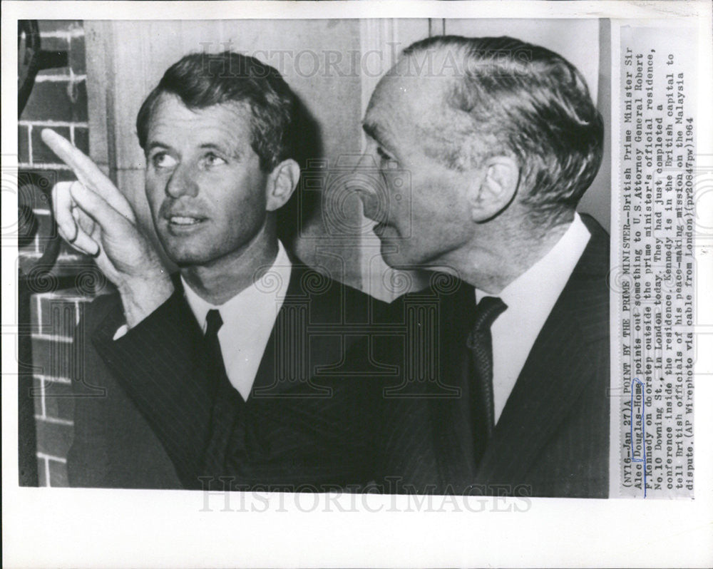 1964 Press Photo Douglas-Home Points Out Something To Kennedy On Doorstep - Historic Images  sc 1 th 200 & 1964 Press Photo Douglas-Home Points Out Something To Kennedy On ...