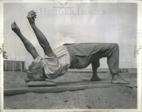 1949 Press Photo Bernarr Macfadden Fitness Devotee Do Wresteler Bridge Exercise - Historic Images