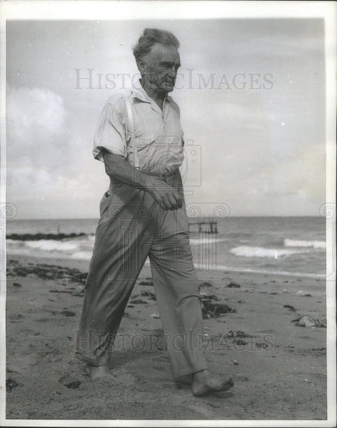 1943 Press Photo Bodybuilder Bernarr MacFadden Takes 10 Mile Hike At Age 75 - Historic Images
