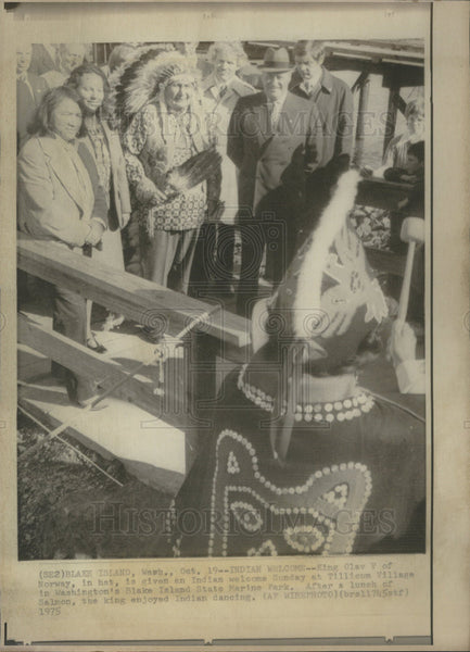 1975 Press Photo King Olav V Of Norway Attends Indian Dancing Event - Historic Images
