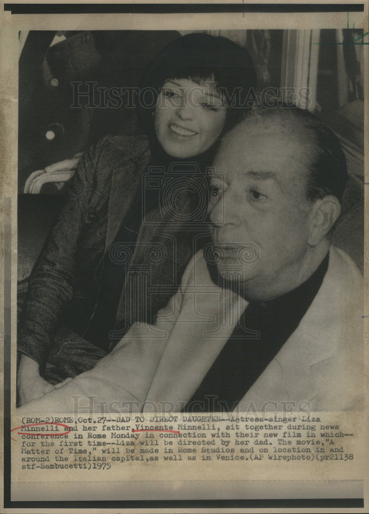 1975 Press Photo Actress-Singer Liza Minnelli Father Vincente Minnelli In  Rome