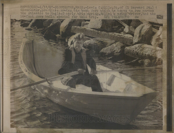 1967 Press Photo Lewis Mills In 16 ft. Dory Before Crossing Atlantic - Historic Images