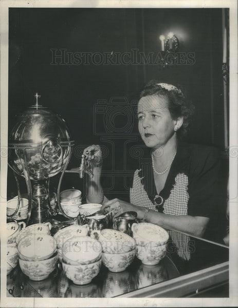 1945 Press Photo Mrs Albert F Madlener Jr, The Seeing Eye - Historic Images